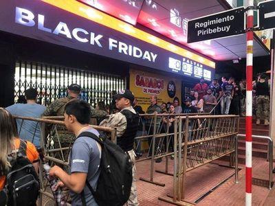 Black Friday CDE: Largas filas de clientes que esperan aprovechar las rebajas de precios