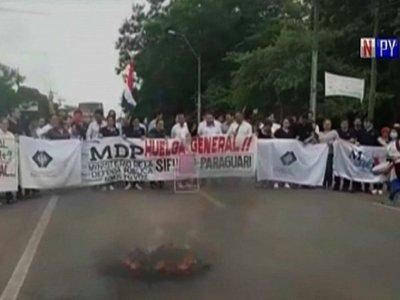 Funcionarios judiciales exigen suba salarial y cierran ruta en Paraguarí