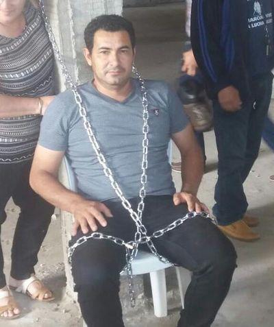Caazapá: asegurados de IPS endurecen medida de fuerza y se encadenan