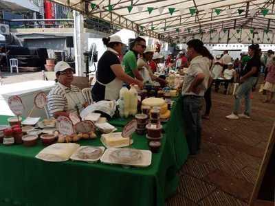 Agricultores ponen a la venta sus productos en la Plaza de la Democracia