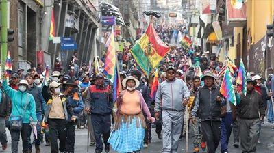 Miles de campesinos e indígenas marchan en La Paz contra el Gobierno interino
