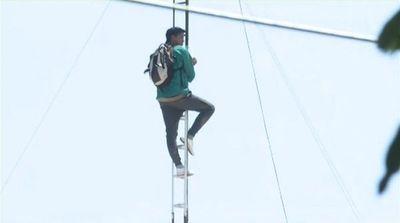 Funcionario de Municipalidad de Lambaré se sube a una antena