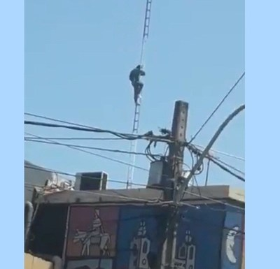 Funcionario sube a la antena de la Municipalidad de Lambaré para reclamar el cobro de su salario