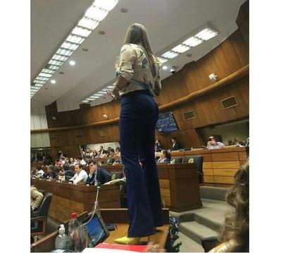 Kattya González habló tras pararse sobre su mesa: 'Puedo perder una votación, pero no me pueden hacer callar'