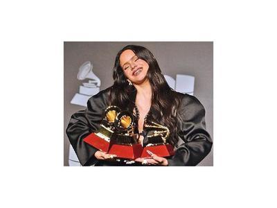 Rosalía se lleva cinco gramófonos en Grammy Latinos
