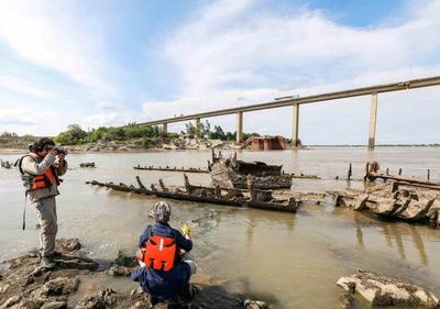 Presidente Abdo Benítez verifica estado del buque Paraguarí