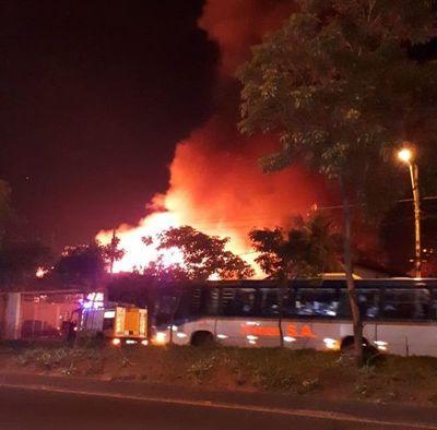 Reportan incendio en un depósito de pallets sobre Madame Lynch