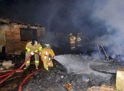 Fuego reduce a cenizas un depósito de palés