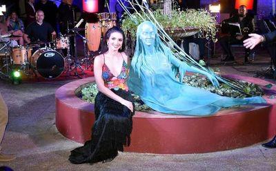 """Una escultura para la """"Kuñatai"""""""