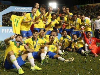 Brasil marca sobre el tiempo, remonta y conquista su cuarto título