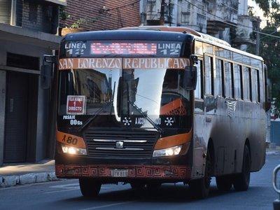 Pasajeros sufren regulada de buses por diferencias entre empresarios y el Gobierno
