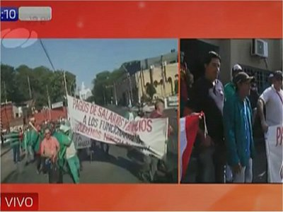 Funcionarios de Lambaré marchan para exigir cobro de salarios