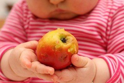 Muere bebé al que solo dieron frutas y verduras para comer