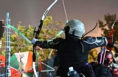 Manifestantes se atrincheran y atacan con flechas a la policía en Hong Kong