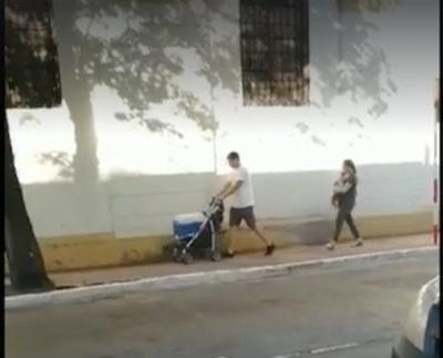 ¡Bebé en los brazos y  conservadora en carrito!