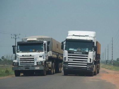 Recomiendan permanecer en Bolivia a camioneros paraguayos