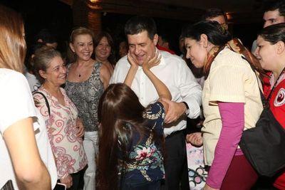 Adherentes llevan su respaldo a Horacio Cartes
