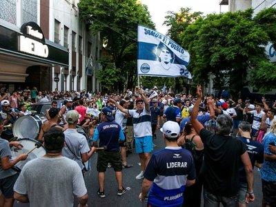 Hinchas de Gimnasia reclaman la continuidad de Maradona