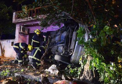 Conductor pierde el control de su auto y vuelca, pero sale ileso