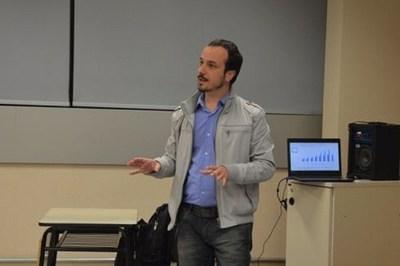 Conversatorio sobre economía creativa con experto brasileño