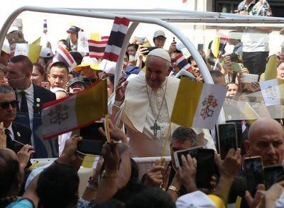 """El Papa pide en Tailandia proteger """"la dignidad"""" de niños, víctimas de explotación sexual"""