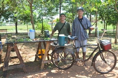 Jóvenes hacen delivery de terere en bicicleta