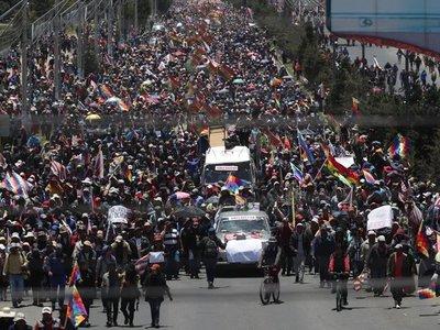 Dispersan con gases marcha con féretros de fallecidos en operativo en Bolivia