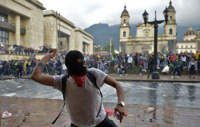Multitudinarias marchas en violenta jornada en Colombia