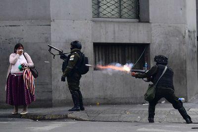 Policía dispersa con gases y balas una masiva marcha contra Áñez