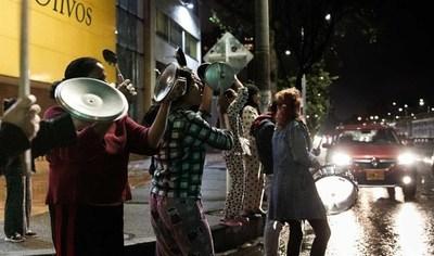 Un cacerolazo nocturno prolonga las protestas en Colombia contra el Gobierno