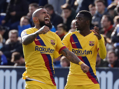 El Barça gana a duras penas pero es el líder