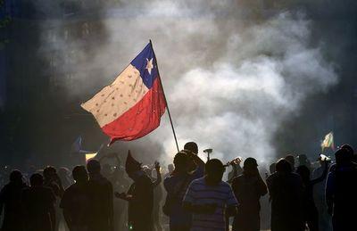 Incendios y un robo millonario a un banco en otra noche de violencia en Chile