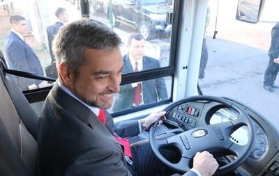 "Abdo Benítez se inaugura como chofer de bus y ""pide tarjeta"""