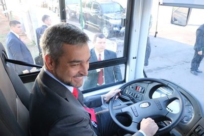 Mario Abdo estrena los nuevos buses eléctricos