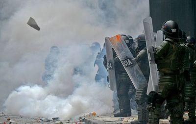 Más de 300 policías heridos durante protestas contra Gobierno colombiano