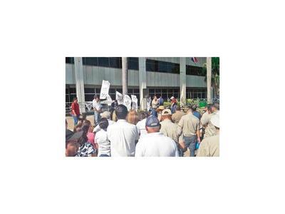 ANDE y Hacienda van a huelga desde hoy por reajuste salarial