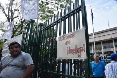 Huelga en la ANDE: servicios administrativos están paralizados