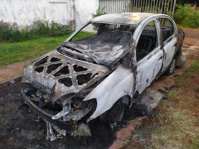 Desconocidos incendian vehículo de una abogada en Encarnación