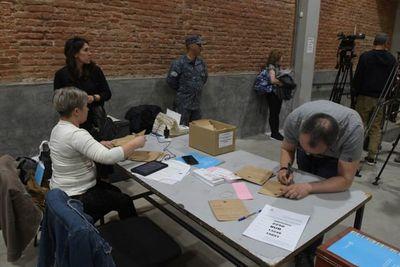 Comienza recuento de votos que oficializará al presidente electo en Uruguay