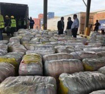 Retienen contenedores con prendas traídas de contrabando