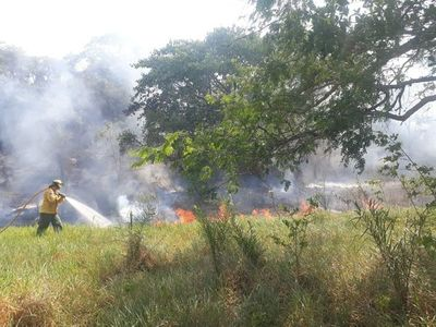 Voraz incendio consumió cerro Antena de Caacupé