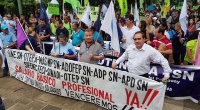 Docentes se movilizan en todo el país exigiendo respeto a un acuerdo logrado durante el gobierno de Cartes