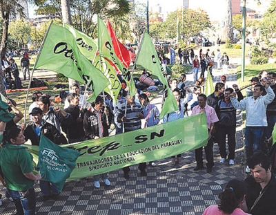 Docentes marchan hoy reclamando reajuste salarial del 16% desde inicio del próximo año lectivo