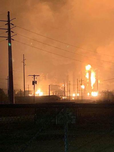 Explosión en planta petroquímica de Texas obliga a evacuar sus alrededores