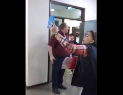 A los gritos, esposa acusa a gobernador de ser pedófilo