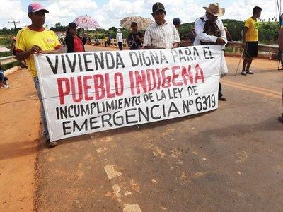 Indígenas cierran ruta para exigir construcción de viviendas en Canindeyú