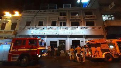 Bomberos controlaron incendio en compañía de seguros