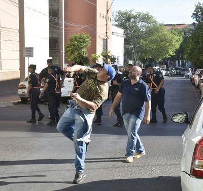 Pese a videos y fotos, sindicalista de Hacienda niega ataque con huevos a quienes no se pliegan a huelga