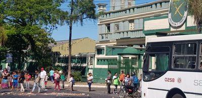 Indígenas reclaman asistencia y cierran calle frente al INDI