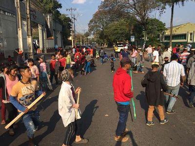Indígenas bloquean tramo de Artigas frente al Club Libertad